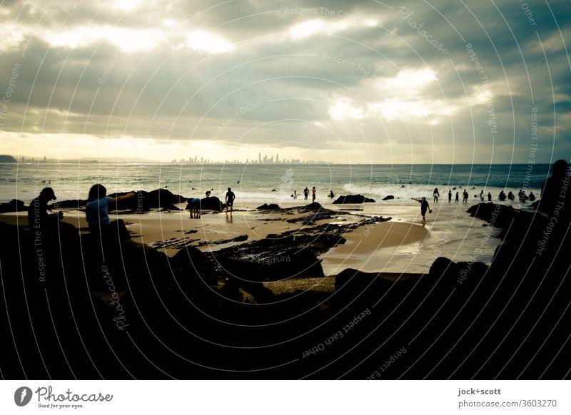 Am Ende des warmen Tages, blieb der ferne Ausblick auf diese aufstrebende Stadt Pazifik Küste Queensland Skyline Panorama (Aussicht) Horizont Silhouette Ferne