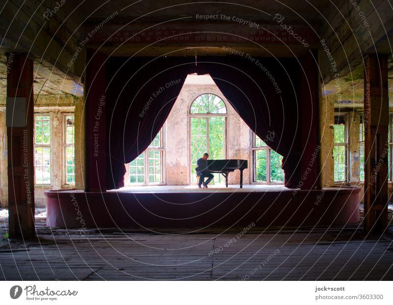 Alt | verlorene Akustik im Saal musizieren Pianist Heilstätte Zahn der Zeit lost places Klavier Vergänglichkeit Nostalgie Inspiration Romantik historisch