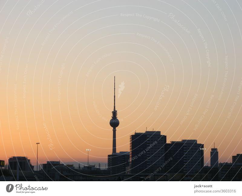 am Abend beginnt der Osthimmel sich zaghaft zu färben, selbst die orangene Färbung wird still und leise enden Wolkenloser Himmel Berlin-Mitte Hauptstadt