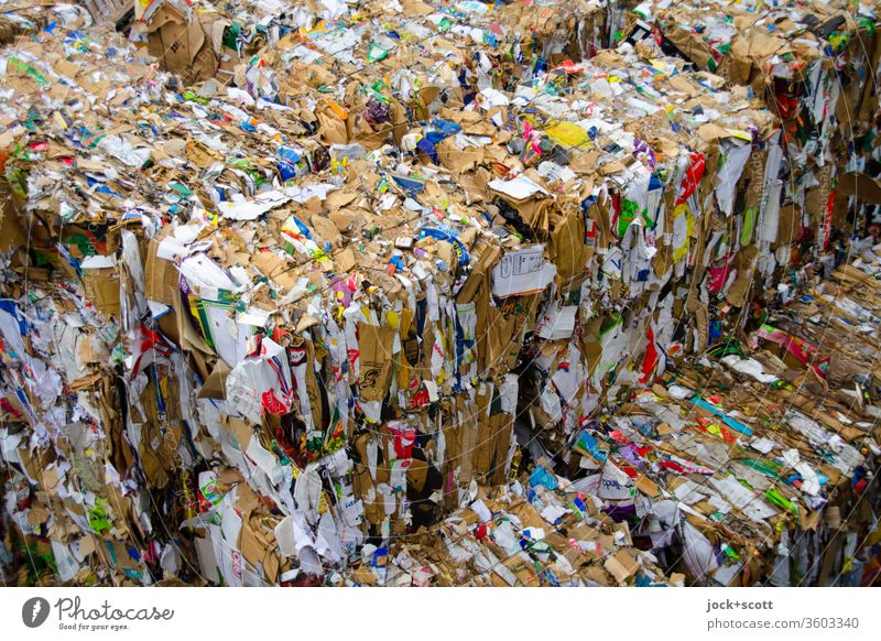 Alt /Papier /Stapel und Bündel Sammelstelle Sammlung Altpapier Karton authentisch trashig unten viele Ordnungsliebe Hemmungslosigkeit verschwenden Trennung