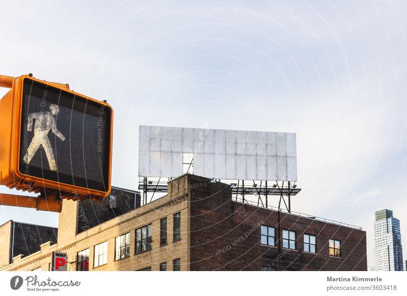 Fußgängerampel und leere Werbetafel auf einem Dach in New York City Architektur Ausgang Außen Büro Fenster Gebäude Glas Haus Himmel Himmelstür Industrie