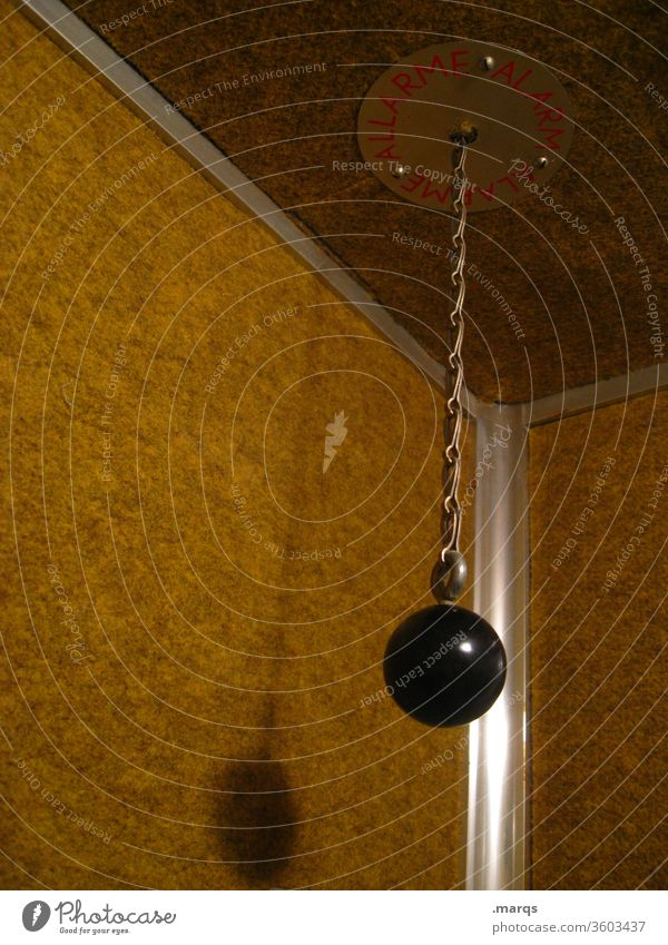 Alarmauslöser im Fahrstuhl Kette Aufzug Auslöser Notrufauslöser Hilfe Platzangst Angst Notfall Sicherheit gelb