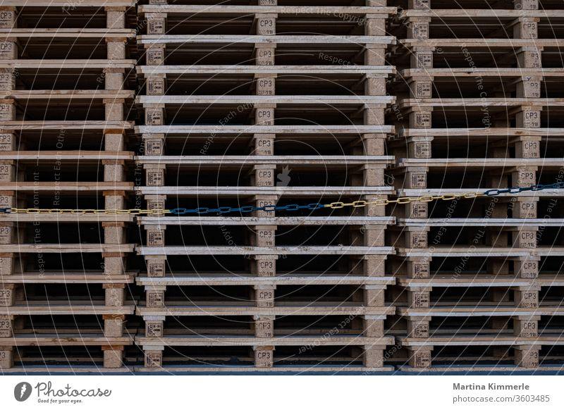 Holzpalletten ordentlich aufgestapelt Industrie Kette Konstruktion Lastwagen Logistik Muster Palette Spedition Struktur Textur sauber transport