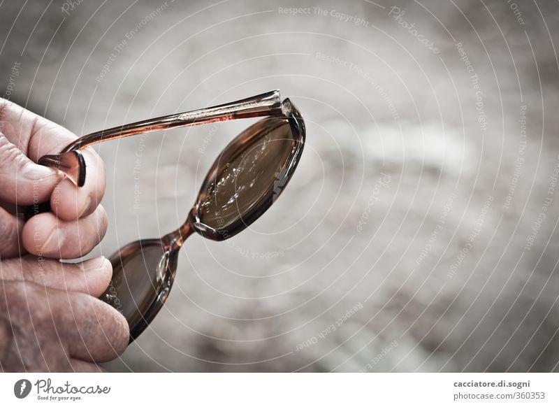 and suddenly the sun goes down Hand Finger Sonnenbrille braun grau Hoffnung Traurigkeit Sorge Trauer Tod Schmerz Heimweh Einsamkeit Erschöpfung Zukunftsangst