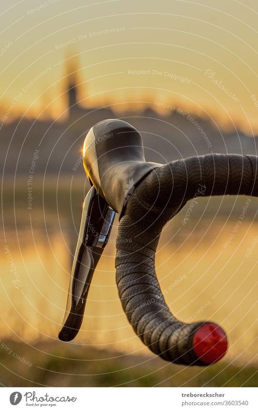 Fahrradlenker vor der Skyline im Abendlicht Lenker Sport Zyklus Straße Radfahren Geschwindigkeit schwarz Mitfahrgelegenheit Radfahrer vereinzelt Dresden Bremse