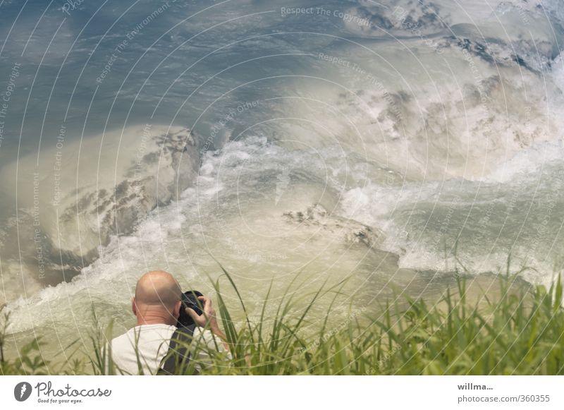 glatzköpfiger Mann fotografiert Stromschnelle am Fluss Freizeit & Hobby Fotografieren Erwachsene Mensch Natur Wasser Gras Flussufer Glatze