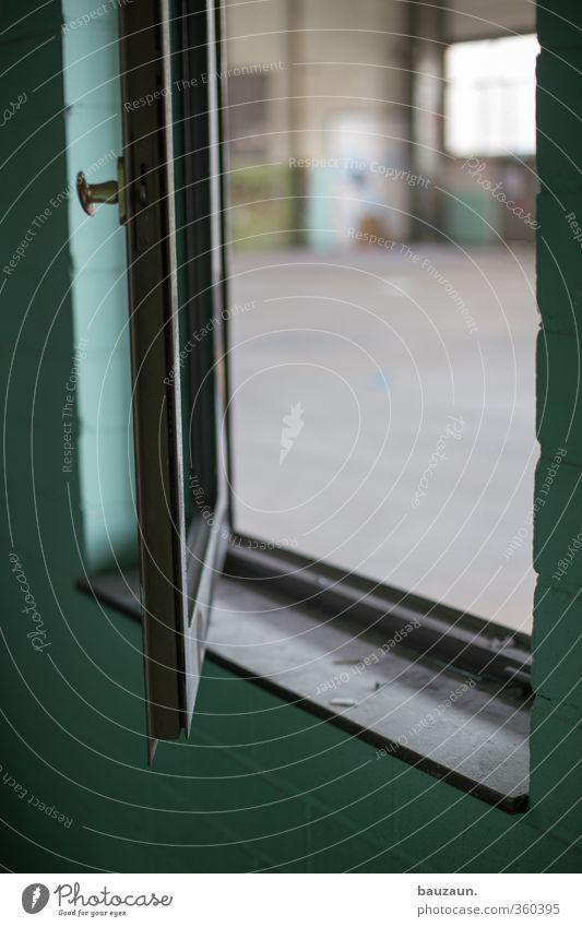 fenster auf. Hausbau Handwerker Baustelle Fabrik Industrie Handel Industrieanlage Ruine Mauer Wand Fassade Fenster Stein Metall dreckig trashig türkis chaotisch