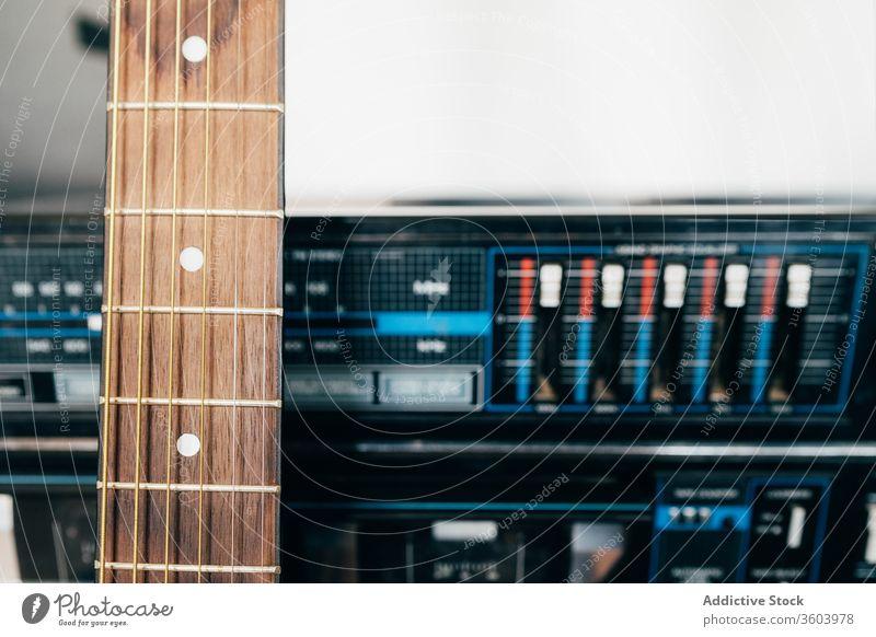 Von einem Plattenspieler getragener Gitarrenhals Audio Musik Spieler Aufzeichnen retro Hintergrund Tanzen Disco klassisch Scheibe akustisch Lamelle Element