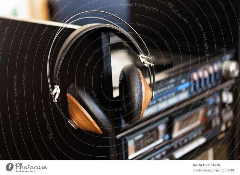 Kopfhörer auf einem Plattenspieler Aufzeichnen Audio Spieler Scheibe spielen Vinyl Plattenteller Musik Klang analog retro Atelier schwarz Gerät Hintergrund