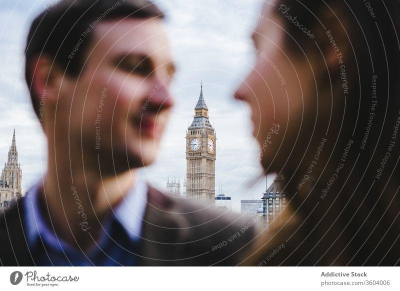 Verliebtes Paar beim Stadtbummel Big Ben Straße Partnerschaft Liebe schlendern Uhr Turm Zusammensein Großstadt London England vereinigtes königreich Lächeln