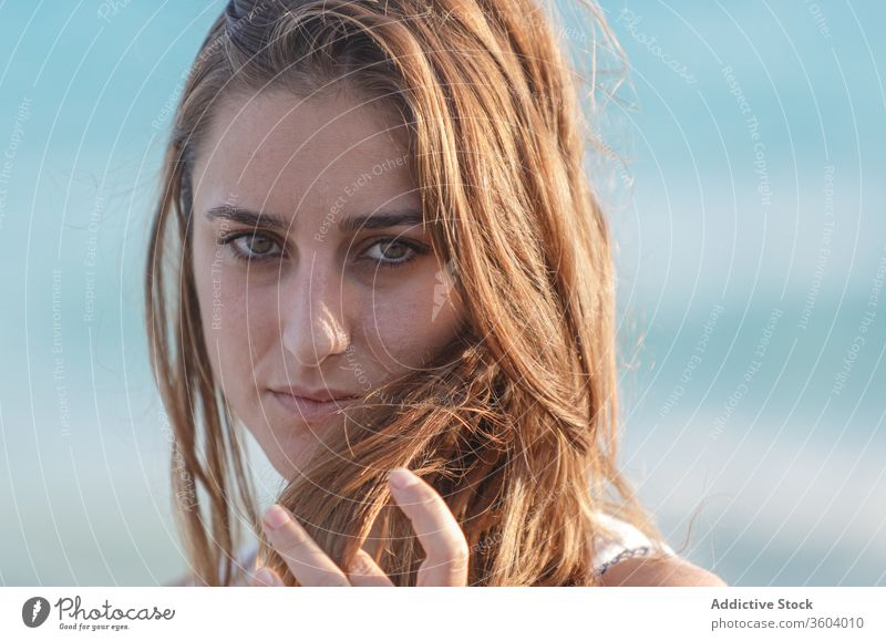 Zärtliche Frau in weißem Kleid am Meeresufer im Sommer MEER Urlaub Angebot Strand Meereslandschaft Feiertag genießen Gelassenheit türkis Wasser sonnig Wetter