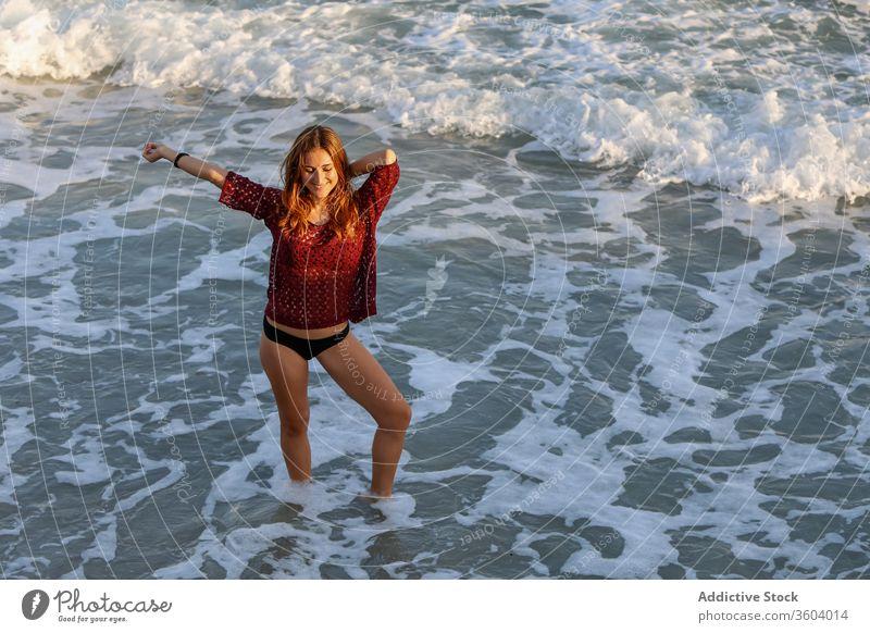 Fröhliche reisende Frau in den Sommerferien am Strand MEER Bikini Urlaub genießen Seeküste winken Feiertag froh heiter Tourist Wasser sich[Akk] entspannen Sonne