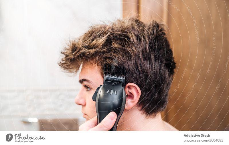 Pflanzenfriseur beim Haareschneiden für Männer Trimmer Haarschnitt Bad geschnitten entgittern Friseur Pflege Zusammensein Zeitgenosse modern Werkzeug Hygiene