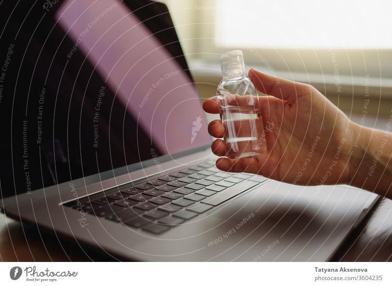 Verwendung von Handdesinfektionsmittel am Arbeitstisch Desinfektionsmittel Hygiene Spender liquide Flasche Gesundheit Gel Quarantäne antibakteriell