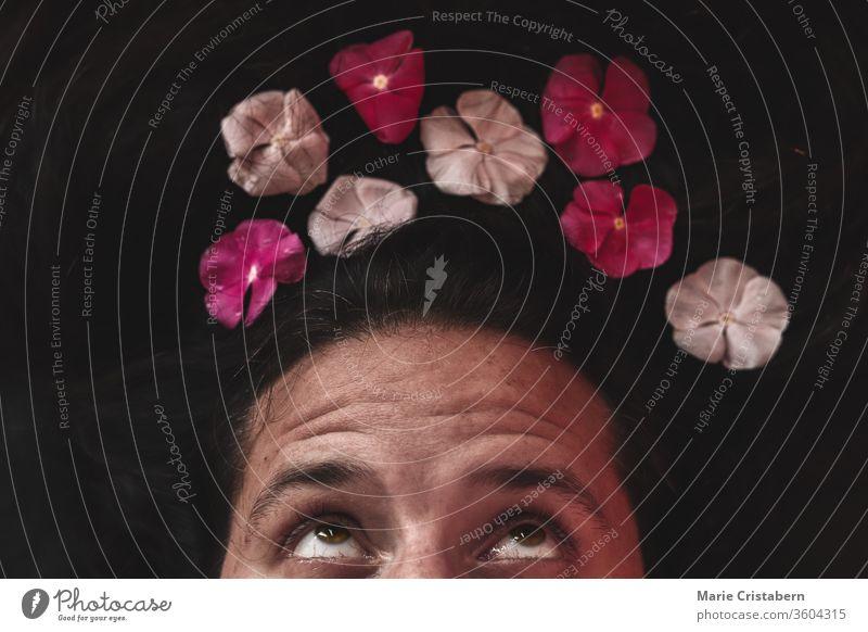 Konzeptionelles Foto eines Mannes mit Blumenkrone, das das Konzept des Frühlings, der Sexualität, der Igbtq-Gemeinschaft und der Feier des Stolz-Monats zeigt