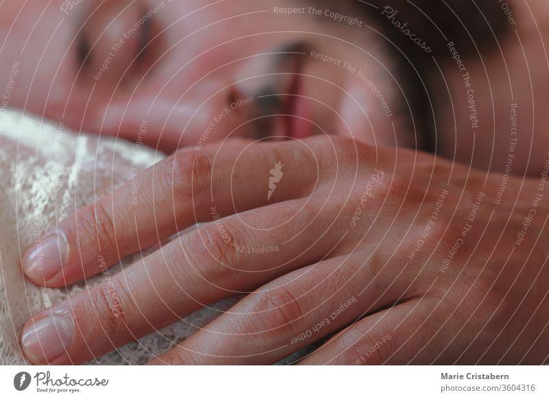 Kaukasischer Mann schläft friedlich und zeigt Konzept zur Bewältigung von Quarantäne und Abriegelung zu Hause während der Covid-19-Pandemie covid-19-Sperre