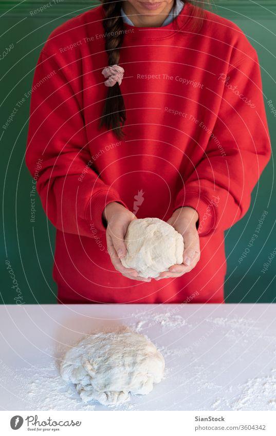 Frau bereitet zu Hause handgemachten Teig für Brot, hausgemachtes Kochen vor. Teigwaren handgefertigt Hände Essen zubereiten weiß Person Pulver Pasteten Spätzle