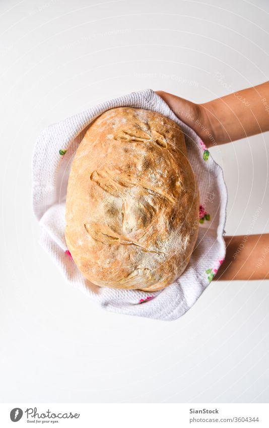 Frauenhände halten frisch gebackenes Brot, Draufsicht heimwärts Küche Halt Essen zubereiten essen Hand Gesundheit Handtuch Hintergrund Lebensmittel braun Bäcker