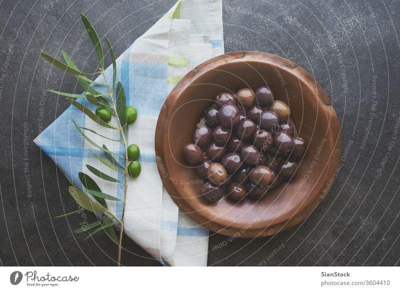 Oliven im Jahrgangsteller oliv Erdöl Hintergrund Jungfrau Komparse rustikal Holz Griechen Gesundheit Essen zubereiten Lebensmittel heimwärts altehrwürdig