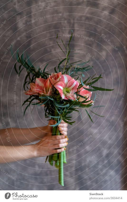 Frauenhände halten einen Blumenstrauß mit Blumen. schön weiches Licht Mädchen weiß Hochzeit Kleid altehrwürdig jung niedlich rosa Glück Beteiligung modern