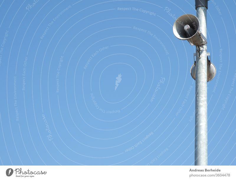 Lautsprecher auf einem Laternenmast vor einem blauen Sommerhimmel Ausstrahlung Stahl Mitteilung urban laut Sirene Straßenlaterne Sicherheit Ermahnung Klang Raum
