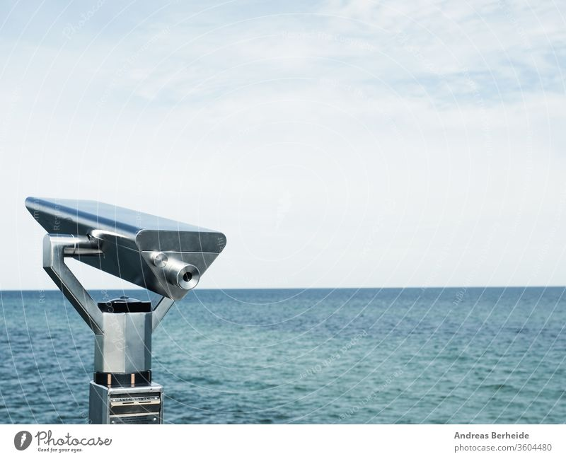 Fernglas auf einer Mole, Konzept für Weitsicht oder Blick in die Zukunft Sehvermögen Pier Großstadt Hintergrund Europäer Ufer Business berühmt Skyline Teleskop