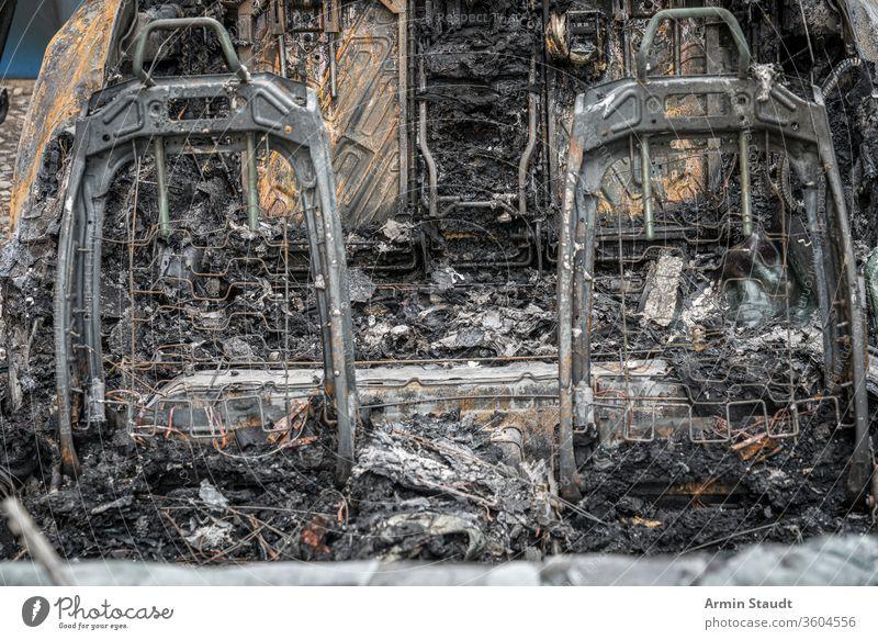 der Rahmen von zwei Autositzen eines ausgebrannten Autos Unfall attackieren Hintergrund Berlin Brand gebrochen Brandwunde verbrannt brennend PKW Großstadt