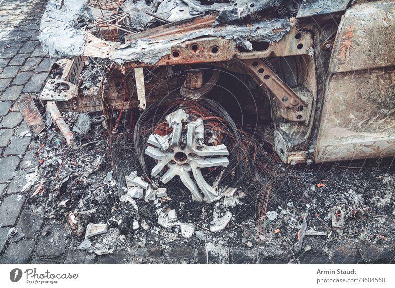 Detail eines völlig ausgebrannten Autos, Berlin Deutschland PKW Unfall verbrannt attackieren Zerstörung Hintergrund Brand gebrochen Brandwunde brennend