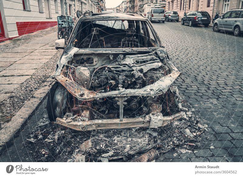 ausgebranntes auto in den strassen berlins Unfall attackieren Hintergrund Berlin Brand gebrochen Brandwunde verbrannt brennend PKW Großstadt Verbrechen Schaden