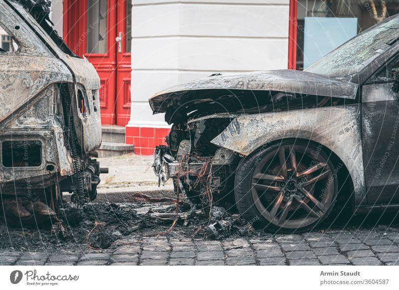 Ausgebrannte Autos in den Strassen von Berlin Unfall attackieren Hintergrund Brand gebrochen Brandwunde verbrannt brennend PKW Großstadt Verbrechen Schaden