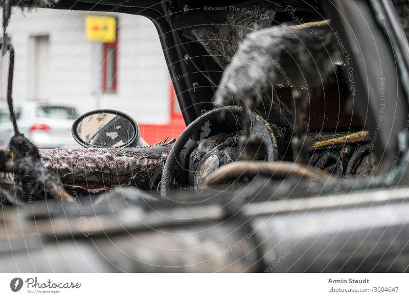 geschmolzenes Lenkrad eines ausgebrannten Autos Unfall attackieren Hintergrund Berlin Brand gebrochen Brandwunde verbrannt brennend PKW Großstadt Verbrechen