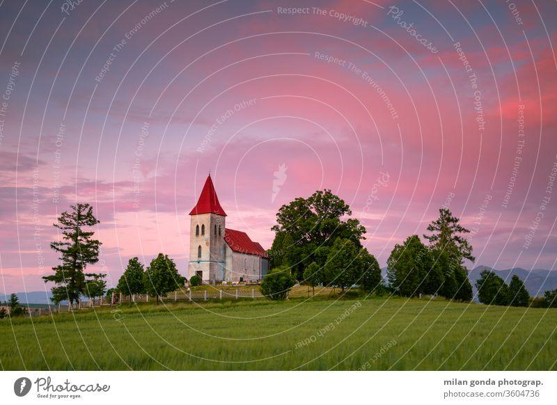Gotische Kirche und Friedhof in der Region Turiec, Slowakei. Slowakische Republik Abramova Landschaft ländlich Dorf Architektur historisch Erbe Abend