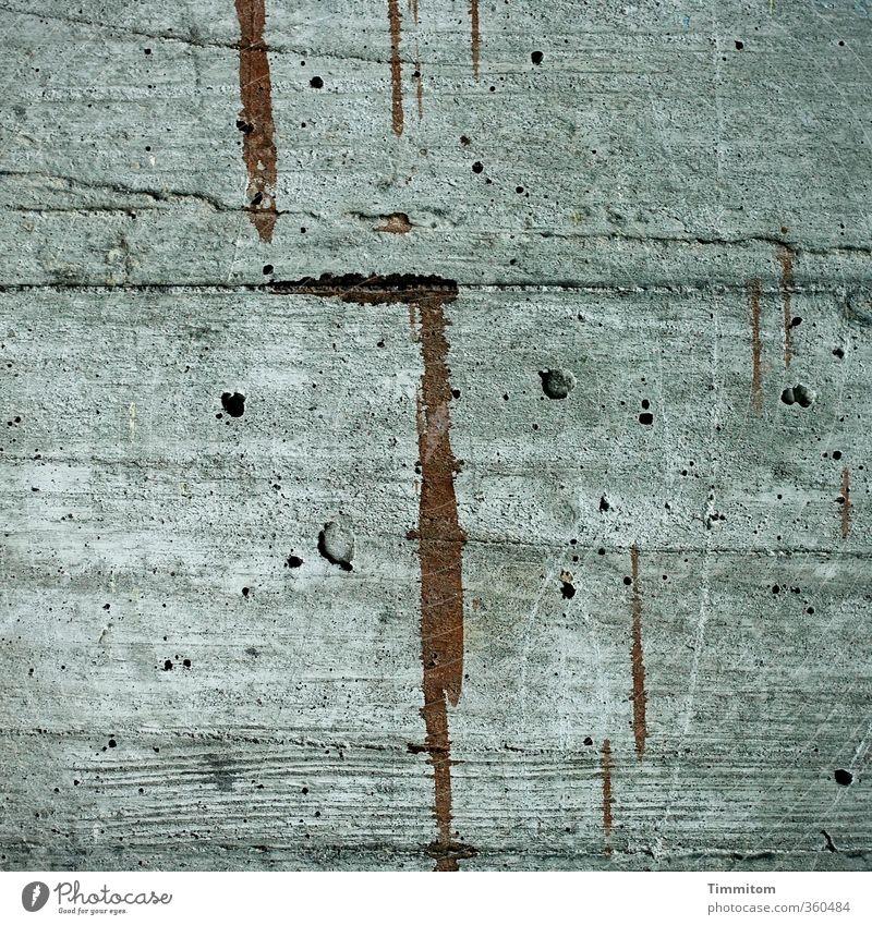 Ein Bild auf Beton. Kunst Mauer Wand Garage Stellplatz Farbspur Loch Maserung Linie ästhetisch einfach braun grau Gefühle Farbfoto Gedeckte Farben Außenaufnahme