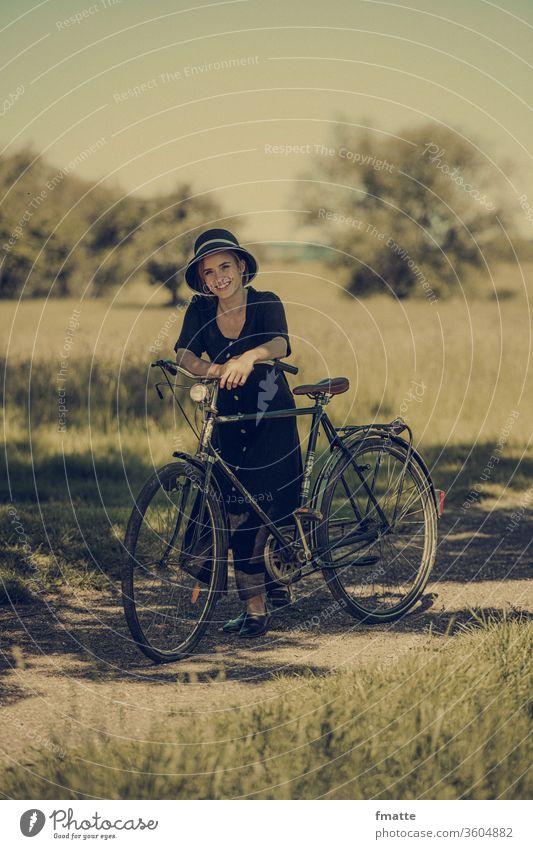 Frau mit altem Fahrrad Fahrradtour Fahrradfahren Radfahren wiese sommer vintage Freizeit & Hobby Sport Bewegung sportlich Ausflug Sommer Verkehrsmittel