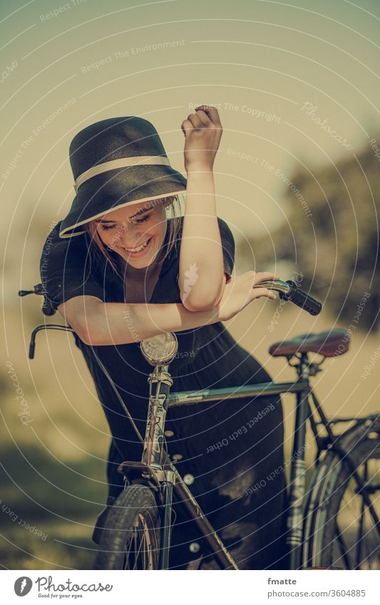 Frau mit Fahrrad Rad fahrrad freude froh sommer urlaub reise frei glück entspannung Außenaufnahme Ferien & Urlaub & Reisen Freizeit & Hobby Fahrradfahren Sommer