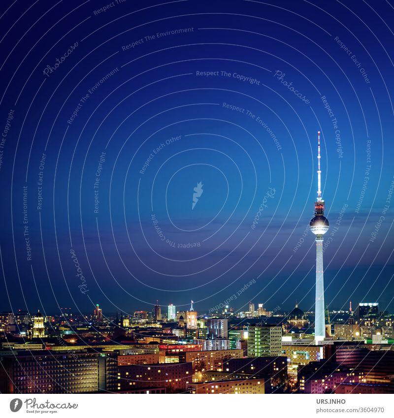 blauer Nachthimmel über der leuchtenden Stadt Turm Berlin Fernsehturm Nachtaufnahme Lichter Außenaufnahme Totale Häuser Gebäude Wahrzeichen Berliner Fernsehturm
