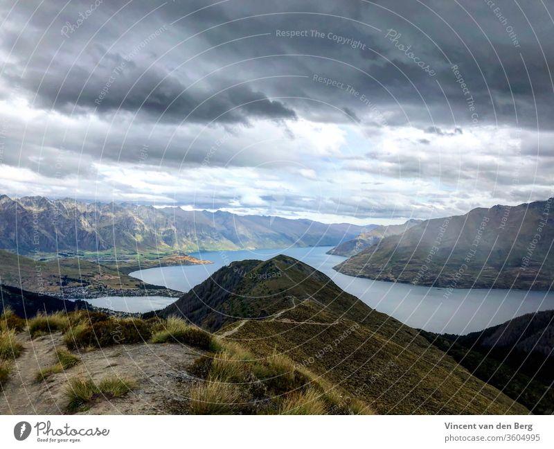 Ein Blick auf den Wakatipu-See vom Ben Lomond Track in Queenstown ben lomond Berge wandern Wolken Natur Landschaft Ferien & Urlaub & Reisen Tourismus Farbfoto