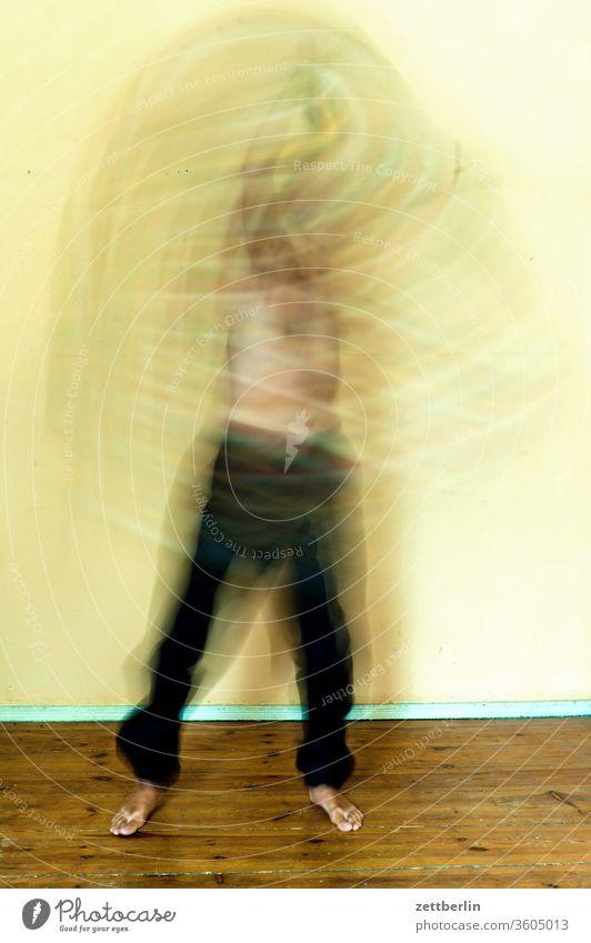 Heftige Bewegung aktion bewegundsunschärfe bewegung bunt chaos decke drehung geist gespenst gestik mann mensch person schauspiel schemenhaft stehen tanz