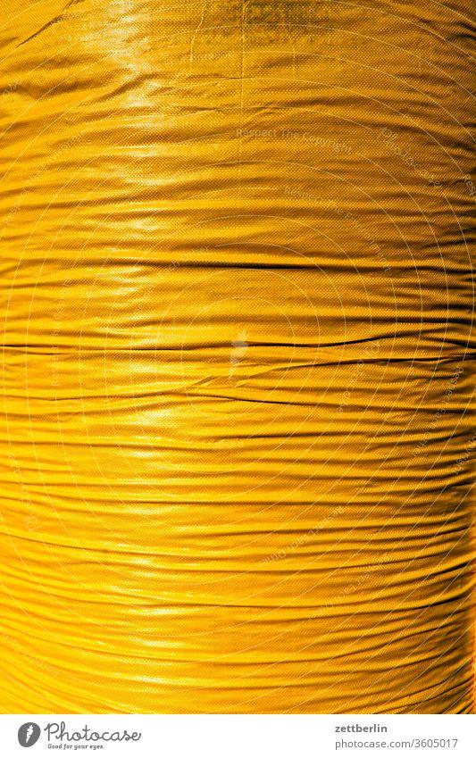 Gelber Sack plastik sack plasticsack plastiksack müllsack müllbeutel transport verpackung gelb isolation falten wölbung licht schatten material