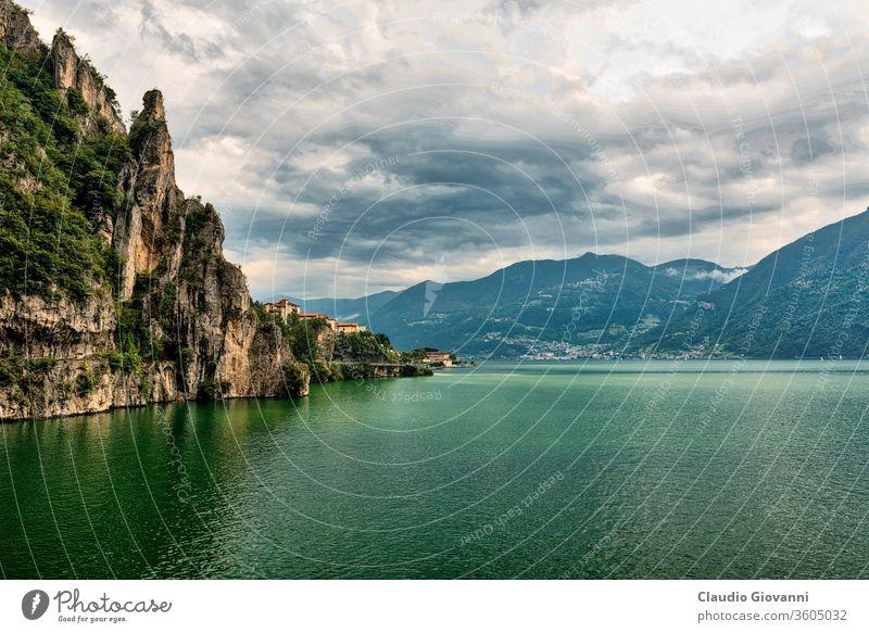 Iseosee bei Lovere (Italien) bergamo Europa iseo Lombardei lieben Küste Farbe Tag See Landschaft Berge u. Gebirge eng im Freien Fotografie Straße Felsen