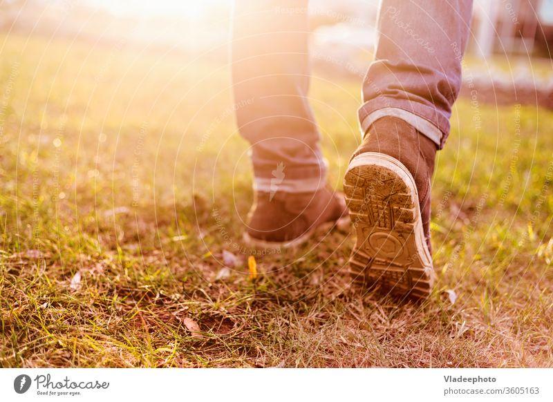 Ein Mann geht auf eine große Reise Lichtschein reisen Menschen Person Sonnenuntergang Natur Freiheit Sonnenlicht Aktivität Hintergrund jung Park Sommer