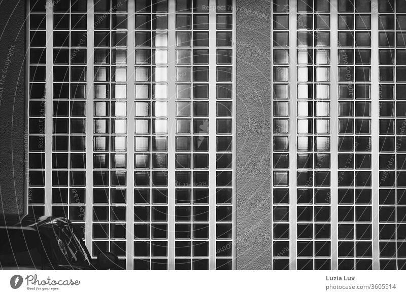 Glasbausteine, Licht und Spiegelung in SW Auto Reflexion & Spiegelung Menschenleer menschenleer textfreiraum Außenaufnahme Tag Textfreiraum unten