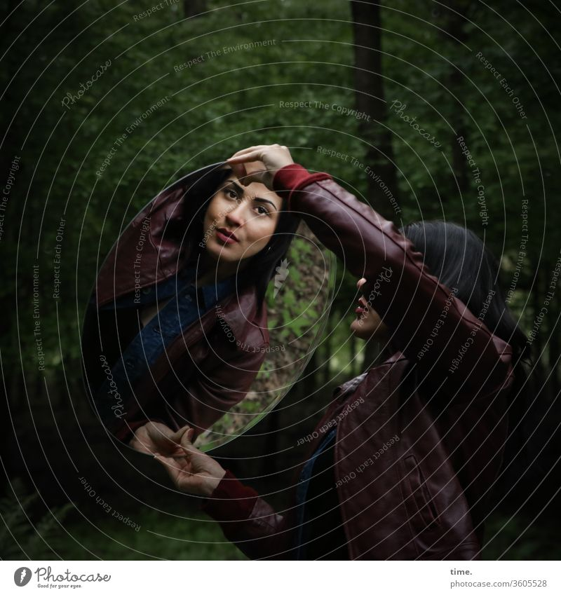 Estila laubwald halten spiegel lederjacke dunkelhaarig langhaarig wild grün beobachten schauen feminin frau stolz selbstbewusst straight spiegelung