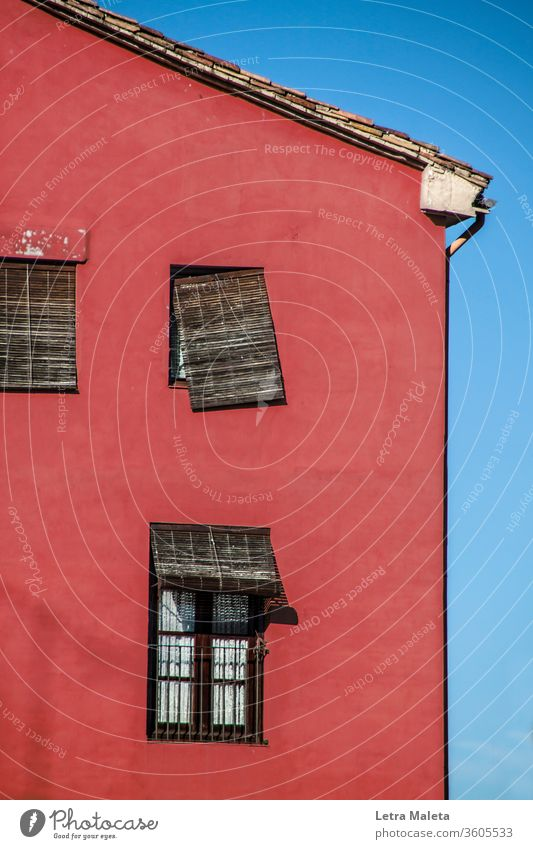 altes rotes Gebäude mit zerbrochenen Fenstern Altbau Haus altes Haus kaputte Fenster braun Außenseite Fassade Wand rote Wand