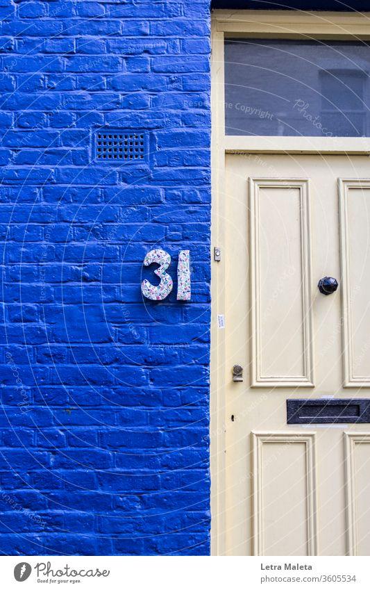 Nummer 31 in einem farbenfrohen Haus aus Nothing Hill blau Tür Nichts Hügel London heimwärts reisen Hausnummer Außenseite urban bunte Wand Außenaufnahme