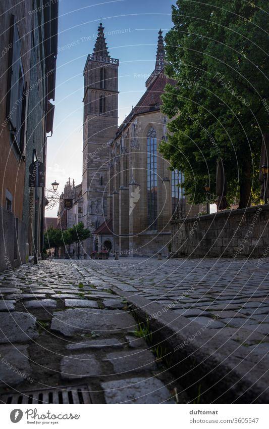 Rothenburg ob der Tauber, Froschperspektive der St. Jakosbkirche ruhig Idylle Fachwerk romantisch Städtchen idylisch leer Kirche draussen natürlich