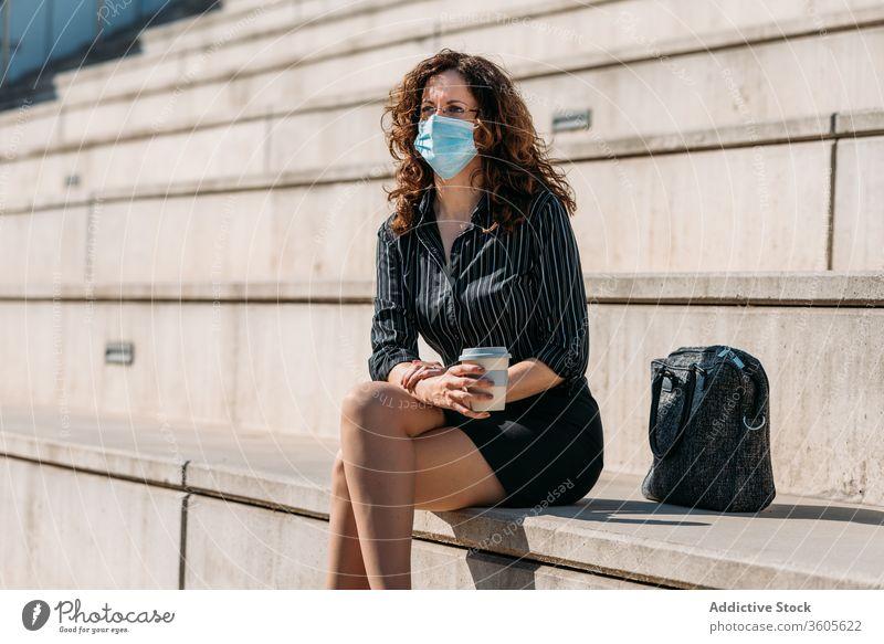 Geschäftsfrau bei einer Kaffeepause in der Stadt. Frau Business Großstadt Menschen Pause Café Tasse trinken Straße Lifestyle Sitzen Erwachsener Person urban