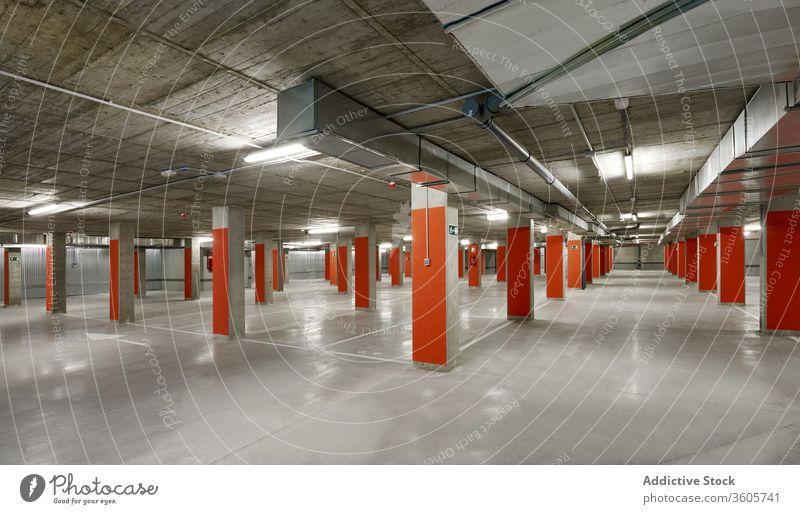 Geräumige Tiefgarage mit nummerierten Stellplätzen unterirdisch parken Los geräumig Beton Stock urban leer Struktur Zeitgenosse Design Konstruktion Zement Wand