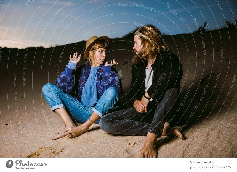 Ein cooles Paar plaudert am Strand bei Sonnenuntergang Mode attraktiv schön blondes Haar Bohemien Boho lässig Genuss Frau Mädchen Behaarung Glück Hippie Freude