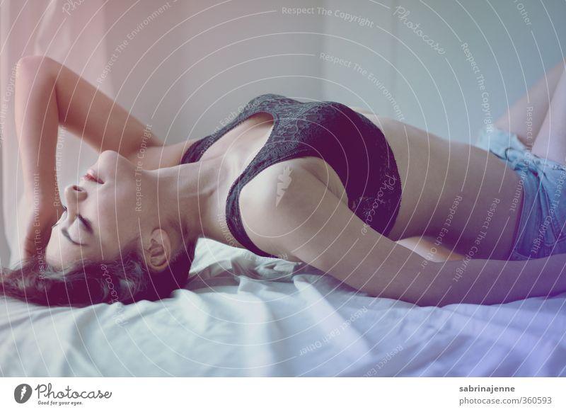 body language Mensch feminin Junge Frau Jugendliche Erwachsene 1 18-30 Jahre Unterwäsche schwarzhaarig langhaarig schön Erotik reizvoll Bett genießen Farbfoto